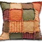 Adicione uma peça artesanal na sua decoração, como este modelo de almofada em Patchwork