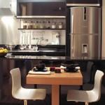 Cozinha moderna interage com a sala de jantar