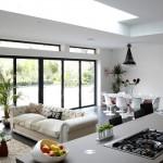 Uma grande área social resulta da integração da sala de estar, sala de jantar e cozinha