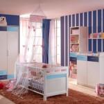 O papel de parede listrado é comum no quarto de bebê.