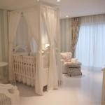 Um ambiente claro e tranquilo para o bebê descansar.