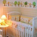 A estampa xadrez e desenhos de árvores ilustram a parede.