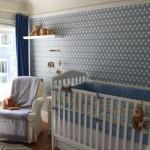 Papel de parede azul claro é charmoso e delicado.