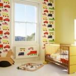 Quarto de bebê masculino apresenta um modelo de papel de parede alegre.