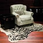 Tanto a poltrona como o tapete são de couro legítimo.