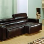 O sofá de couro chama atenção na sala de estar.