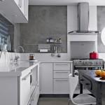 Com o espaço bem aproveitado, a cozinha se revela prática e organizada.
