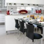 O branco predomina na cozinha, mas a decoração aposta em complementos coloridos.