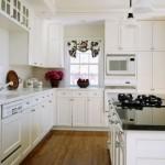 A cozinha branca invoca  sensação de limpeza.