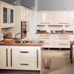 Móveis brancos e embutidos se destacam a cozinha.