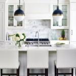 Cozinha moderna, clara e bem iluminada.