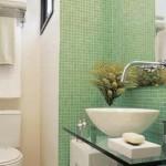 Pastilhas de vidro adicionam um colorido no banheiro.