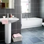 Revestimento segue um mesmo padrão em toda a área do banheiro.