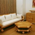 Leve o sofá de bambu para dentro da sala de estar.