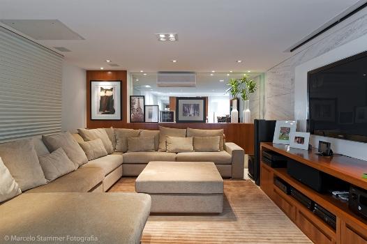 O sofá confortável e enorme chama rouba olhares na decoração.