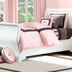 Marrom e rosa se destacam na decoração.