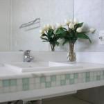 Um banheiro claro e suave também pode adotar granito como acabamento.