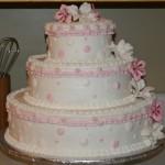 Bolo de casamento com detalhes em rosa (Foto:Divulgação)