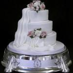Bolo de casamento branco e florido (Foto:Divulgação)