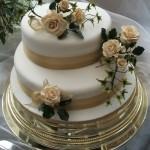 Bolo de casamento sofisticado com flores (Foto:Divulgação)