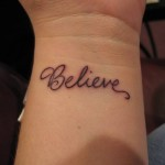 """Tatuagem """"Believe"""" no pulso (Foto:Divulgação)"""