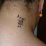 Tatuagemde boneca no pescoço (Foto:Divulgação)
