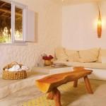 Sofá em alvenaria de aparência rústica