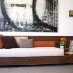 Confortável sofá de alvenaria recoberto com laminado de madeira