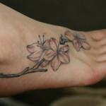 Tatuagem de flores no pé (Foto:Divulgação)
