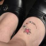 Tatuagem de estrelas coloridas (Foto:Divulgação)