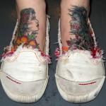 Tatuagem de rostos nos pés (Foto:Divulgação)