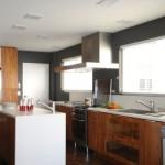A cozinha tem muitos armários e componentes funcionais