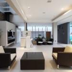 No apartamento masculino predominam as cores neutras e os móveis sóbrios