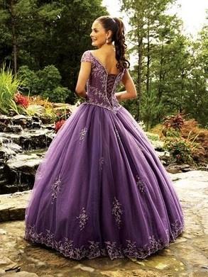 Vestido roxo com detalhes brilhantes