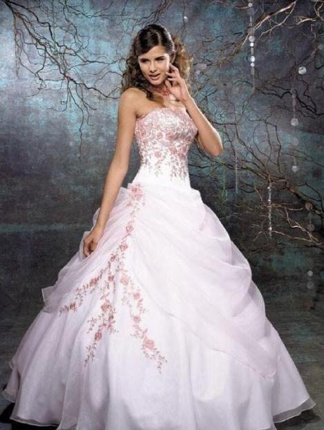 Vestido branco com detalhes em rosa