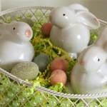 Os coelhinhos ajudam na decoração da cesta.