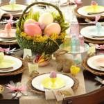 Mesa decorada para o almoço de Páscoa.