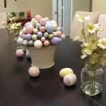 Ovos coloridos decoram a mesa da sala de jantar.