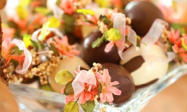 Chocolates e flores decoram a mesa de Páscoa (Foto Divulgação: MdeMulher)