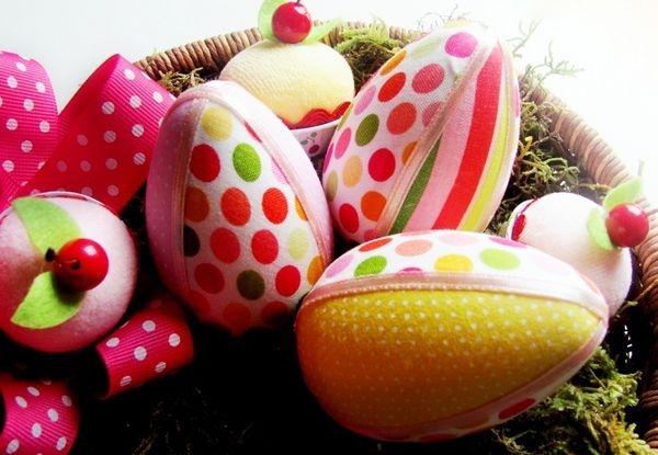 Ovos coloridos de tecido para decorar a mesa (Foto Divulgação: MdeMulher)