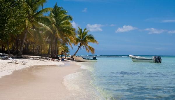 Mar cristalino do Caribe é um convite para praticar esportes náuticos como velejar (Foto: CVC)
