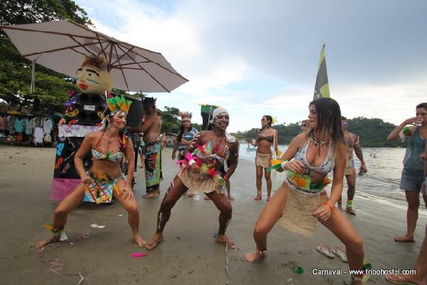 A praia também traz atrativos e muito Carnaval (Foto: Ubatuba Hostel)