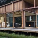 Estrutura de madeira de reflorestamento e grandes janelas fazem desta casa sustentável