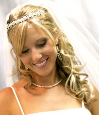 A noiva moderna também pode ter glamour no seu casamento com o penteado ideal ao seu perfil