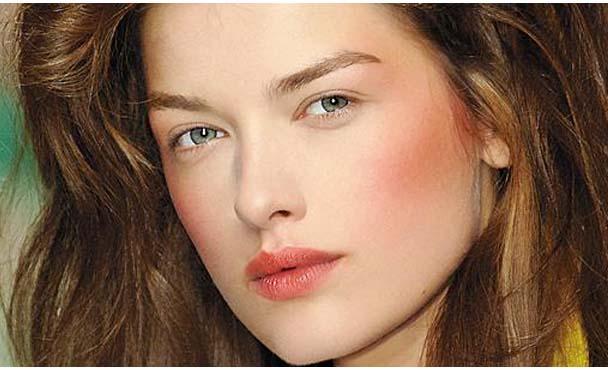 O blush deixa a aparencia de uma pele mais saudavel e bonita