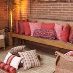 Almofadas de diferentes tamanhos e formatos decoram o centro da sala.