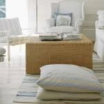 Almofadas sobre o tapete é uma tendência original.