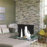 Parede atua como elemento decorativo na sala.