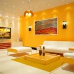A cor vibrante da parede chama atenção na sala.
