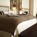 O quarto de casal requer móveis básicos e uma decoração simples.